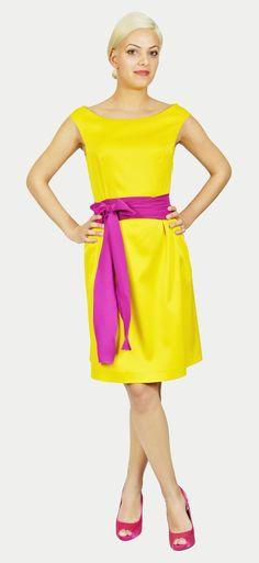 Vestido tejido Fama Amarillo. Corte Princesa. Varios pliegues en falda. Sin mangas. Escote barco/redondo. Cremallera lateral.