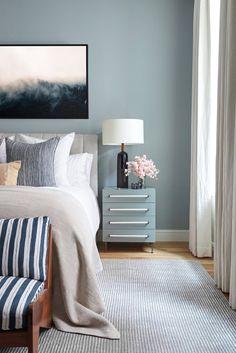 Idea per imbiancare casa - tinteggiatura camera da letto  con il colore blu chiaro - stile contemporaneo