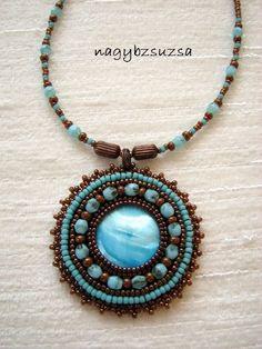 s modrým kabošonom - šitý šperk