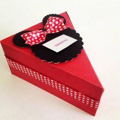 Fatia de bolo, confeccionado em papel cartão.  Ideal para colocar balas ou guloseimas em seu interior. Com 13 caixas, pode-se fazer o formato de bolo. Medidas_ base do triângulo 8 cm e os lado 10 cm e altura  5cm.  Pedido mínimo 10 unidades R$ 2,30 Minnie Mouse Party, Mouse Parties, Mickey Mouse Backdrop, Berry Baskets, Bazaar Ideas, Candy Favors, Paper Cake, Wedding Favor Boxes, Box Cake