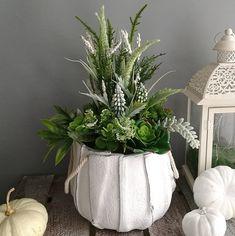 Sukulenty i wrzosy w białej, przecieranej donicy Vase, Plants, Home Decor, Atelier, Decoration Home, Room Decor, Plant, Vases, Home Interior Design