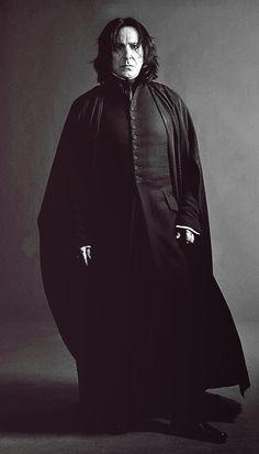 Alan Rickman as Professor Severus Snape in Harry Potter Harry Potter Poster, Harry Potter Love, Harry Potter Characters, Harry Potter World, Alan Rickman Severus Snape, Severus Hermione, Severus Rogue, Albus Dumbledore, Hermione Granger