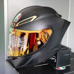 Cool Bike Helmets, Motorcycle Helmet Design, Cafe Racer Helmet, Racing Helmets, Motorcycle Gear, Yamaha Bikes, Motorcycles, Shoei Helmets, Street Bikes