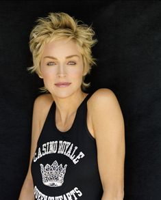 Sharon Stone - she's meant to be chicken Oriental now, but what's not to like…Sharon Stone - I love her and her hair.This Pin was discovered by Lor Sharon Stone Short Hair, Sharon Stone Hairstyles, Shag Hairstyles, Short Hairstyles For Women, Short Pixie, Short Hair Cuts, Short Hair Styles, Short Shag, Beauté Blonde