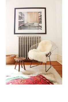Un salon avec une chaise douillette pinterest deco inspiration intérieur