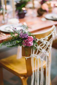 Sillas con sogas y un toque floral. Fotografia: Lets Frolic Together