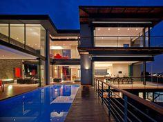 Starke Farben, klare Linien - in diesem Haus kommen alle Prinzipien moderner Architektur zum Einsatz. Das Ergebnis ist überaus sehenswert!