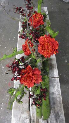 Mooie decoratietakken met rode bessen en bloemen. www.decoratietakken.nl