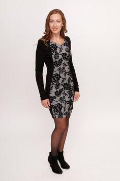 58c36f1de6e1c8 Dit zwarte jurkje met lange mouwen van Smash! kleed erg mooi af doordat de  effen