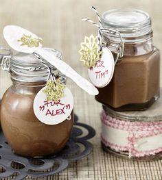 Ein schokoladiger Haselnussaufstrich mit weihnachtlichen Gewürzen zum Verschenken