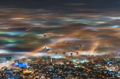 ブルガリアの首都、ソフィアの上に立ち込めた濃い霧が、街の明かりを受けて色とりどりに輝く。