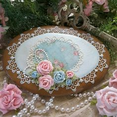 Country roses on oval plaque with delicate lace; cookie by Teri Pringle Wood