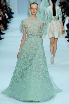 Vestido romántico de Elie Saab. Encaje con detalles de paillettes de verdeagua (Paris Fashion Week 2012)