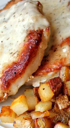 Skillet Pork Chops and Gravy with Fried Potatoes Schweinekoteletts mit Soße und Bratkartoffeln Skillet Pork Chops, Pork Chops And Gravy, Pork Chops And Potatoes, Fried Potatoes, Recipes With Pork Chops, Pork And Potato Recipe, Meat And Potatoes Recipes, Skillet Meals, Pork Chop Recipes