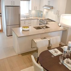 Eu amo cozinhas claras. Além do espaço parecer mais amplo e sofisticado, você pode ousar nas combinações com utensílios e eletrodomésticos coloridos! #cozinha #lardocelar #minhacasa #cozinhaplanejada #cozinhaamericana #cozinhagourmet