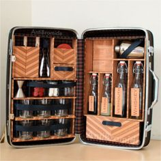 Genius! Vintage suitcase into a traveling bar. Perfect for a picnic! DIY