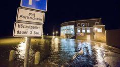 In Wilhelmshaven in Niedersachsen steht der Parkplatz vorm Aquarium unter Wasser.