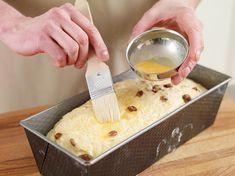 Rosinenstuten mit flüssiger Butter bepinseln