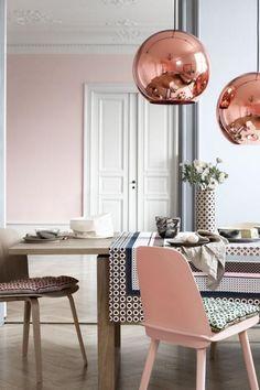 couleur rose poudré, lampes suspendues cuivrées