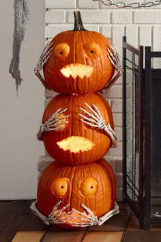 Pumpkin Halloween Decor Ideas for the Thriller Night - Hike n Dip Pumpkin is a major part of Halloween and Fall decoration. Here you will find some of the classiest and most fabulous Pumpkin Halloween Decor Ideas. Halloween Tags, Halloween Projects, Holidays Halloween, Halloween Pumpkins, Halloween Party, Halloween Pumpkin Decorations, Halloween 2019, Halloween Makup, Halloween Season