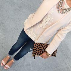 Tenue: Blazer beige, Top sans manches en dentelle blanc, Jean skinny bleu marine, Sandales à talons en cuir beiges | Mode femmes