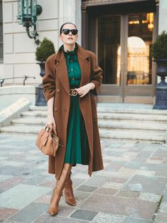 Look Stylish and Chic with 10 Beautiful Green Fashion work outfits Green Blouse Outfit, Brown Outfit, Fall Winter Outfits, Autumn Winter Fashion, Emerald Green Outfit, Style Vert, Casual Dress Outfits, Green Outfits, Green Fashion