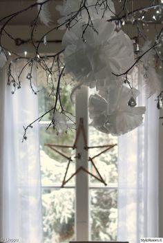 pom pom,pom pom diy,pompom,tähti,valkoinen,joulu,joulukoti,keittiö,Tee itse - DIY,ikkuna,ruutuikkuna,oksa,oksat sisustuksessa,risu,verhot,maalaisromanttinen,joulukoristeet,joulukoriste
