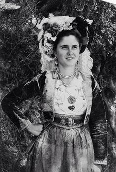 Bridal costume of Corfu Greek Traditional Dress, Traditional Outfits, Old Photos, Vintage Photos, Empire Ottoman, Costumes Around The World, Corfu Greece, Greek History, Folk Dance