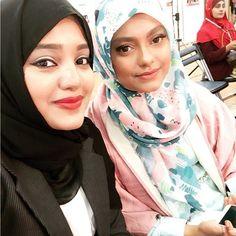 Dont we look like twins? @bubblegumhijab ❤️❤️❤️ nice to meet u girl!! #tokyo #modestfashion #show  #bubblegumhijab #smileysayeeba #hijabi #youtuber #love