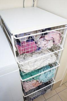 Si prefieres clasificar la ropa a lavar por tipo de prendas, organiza un sistema como este.   37 Consejos de organización locamente inteligentes que simplificarán la vida de tu familia