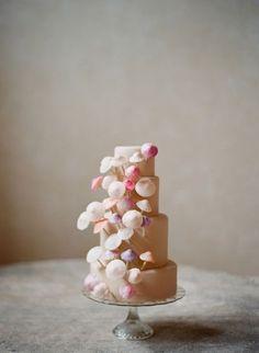 Torta de boda adornada con paraguas chinos