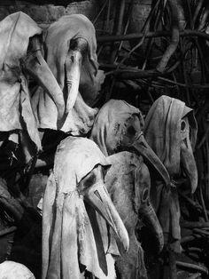 Les masques portés par les médecins au cours de la peste. Le vêtement se composait d'un manteau de tissu lourd qui a été ciré, un masque avec des ouvertures pour les yeux en verre et d'un cône de nez en forme de bec de tenir substances parfumées et de la paille. Masks worn by doctors during the Plague. The protective suit consisted of a heavy fabric overcoat that was waxed, a mask with glass eye openings and a cone nose shaped like a beak to hold scented substances and straw.