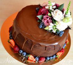 Украсить торт по желанию, я украсила живыми цветами и ягодами.