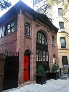 CARRIAGE HOUSE~ Pineapple Street, Brooklyn Heights Historic District, NY Carriage House Apartments, Townhouse Interior, Brooklyn Heights, Gate House, Villa, Brick Building, Industrial House, City Living, Architecture Details