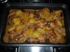 1 kg de coxinha de frango ou coxinha da asa (sua preferência)  - 1 molho de tomate pronto  - 100 g de orégano  - 300 g de maionese  - 500 g de batatas crua (fatiadas em rodelas) não muito fina  - Sal e pimenta-do-reino  - Azeite  -