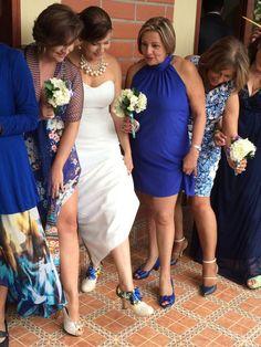 Vestido o chalina, de fondo entero o estampado, pero azul