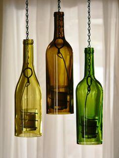 Juego de 3 huracán lámparas colgantes!  Verde, oro y oliva marrón botellas de vidrio 750 ml. de vino. Colores y cristal grueso agradable. corte de la llama y meticulosamente a mano arena en 3 pasos proceso para un borde liso perfecto. Mano de alambre espiral a mano sostiene un vaso votivo. Anillo metálico sólido conduce a la cadena de metal negro que es remata con un mayor vínculo de asa de metal para colgar fácilmente. Cadenas colgantes son en 3 longitudes diferentes para dar la escalonada…