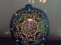 Lampe calebasse mandalas bleue allumée / vendue