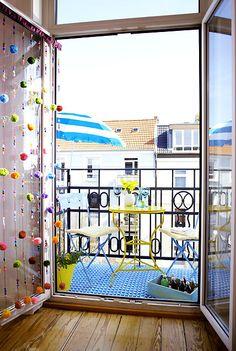 Mitten in der Stadt und trotzdem  mit den Gedanken am Strand und Meer. Ein farbenfroher Balkon zaubert tolles Urlaubs-Feeling!