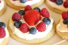 Sugar cookie cups filled with a no-bake lemon cream cheese filling and topped with fresh berries. These Lemon Berry Cheesecake Sugar Cookie Cups make the perfect summer dessert! Healthy Fruit Desserts, Just Desserts, Delicious Desserts, Dessert Recipes, Yummy Food, Dessert Cups, Cookie Recipes, Tasty, Sugar Cookie Cups
