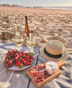 Picnic on the beach inspiration. Perfect way to spend a weekend afternoon. Picnic Date, Summer Picnic, Picnic At The Beach, Beach Picnic Foods, Spring Summer, Summer Swag, Summer Art, Comida Picnic, Dream Dates