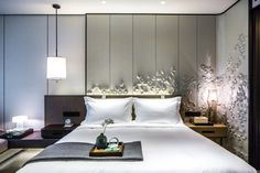Like the zoning of the wall decor behind bed and to the right Master Bedroom Interior, Home Bedroom, Bedroom Furniture, Bedrooms, Interior Exterior, Luxury Interior, Interior Design, Hotel Room Design, Hotel Interiors