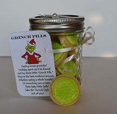 Grinch Pills ~ Sugar Cookies in a Jar with printable poem. For the grinch in your life. Funny Christmas Poems, Grinch Christmas, Christmas Goodies, Christmas Humor, Christmas Neighbor, Christmas Time, Neighbor Gifts, Christmas 2016, Christmas Candy