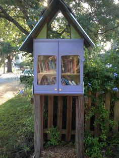 A #Free #library box in #Tampa #Florida. One of my favorite places to #release #Bookcrossing #books.