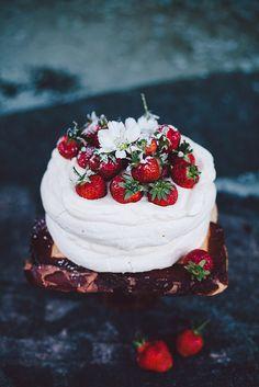 Pavlova with fresh strawberries | Call me Cupcake