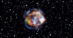 Imagem do telescópio NuSTAR, da Nasa (Agência Espacial Norte-Americana), mostra uma remanescente da supernova Cassiopeia A, localizada a 11 mil anos-luz de distância. A luz da explosão estelar que criou a Cassiopeia A deve ter atingido a Terra há cerca de 300 anos, depois de viajar 11 mil anos para chegar aqui. Enquanto a estrela está morta há muito tempo, seus restos ainda estão cheios de ação: o anel exterior é azul, onde a onda da explosão da supernova está batendo no material ao seu…