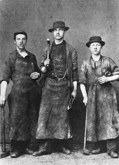 Tre staute smeder, ansatt hos smedmester O. Hilmar på Elsesro rundt forrige århundreskifte. (Ukjent fotograf - «Bergen bys historie Bind III»).