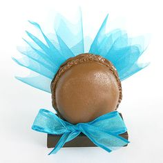 Craquez pour ces délicieux petits macarons aussi jolis que des vrais ! Glissez de petits pochons en tulle remplis de dragées et disposez-les sur les tables avec le nom de vos invités ! http://www.mariage.fr/macarons-avec-pochon-organza-et-dragees.html