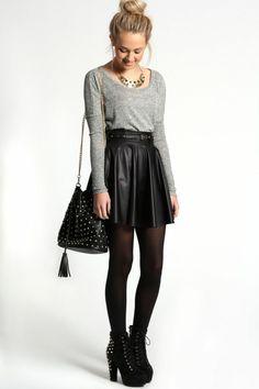 bottes noires pour les filles blondes et jupe en cuir noir