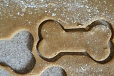 Homemade Peanut Butter Banana Dog Treats - Munchkins and the Military Peanut Butter For Dogs, Homemade Peanut Butter, Peanut Butter Banana, Puppy Treats, Diy Dog Treats, Healthy Dog Treats, Healthy Food, Dog Biscuit Recipes, Dog Treat Recipes